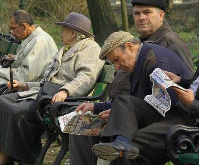 20131020235616-131020-pensionari-in-parc.jpg